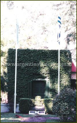 Monumento a las 2 Banderas - Isla Martín García